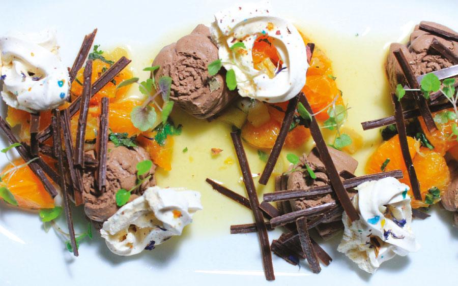 Mousse « Dark Chocolate » Salade de clémentines au gingembre et petites meringues