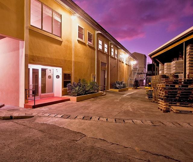 Les locaux de la distillerie à la tombée du jour - © Saint Lucia Distillers